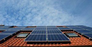 תנו לשמש להרוויח בשבילכם: האם כדאי להתקין פאנלים סולאריים על גג בית מלון?